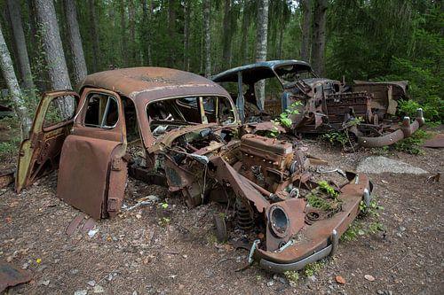 Autokerkhof in een bos in Ryd in Zweden