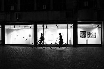Silhouetten van fietsende dames in Utrecht van Bart van Lier