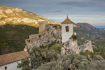 Guadalest kasteel op bergen in Alicante, Spanje van Joost Adriaanse