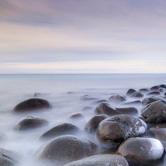 Ronde stenen in een kustlandschap