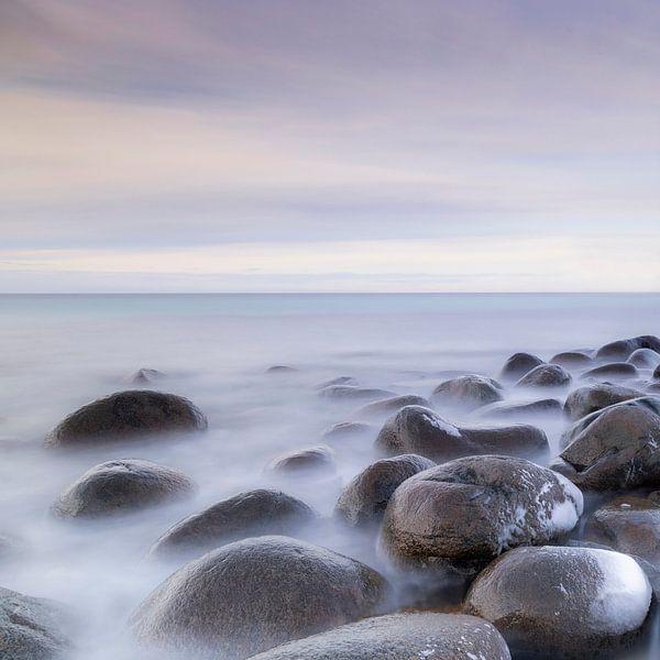 Ronde stenen in een kustlandschap van Charlotte Jalvingh