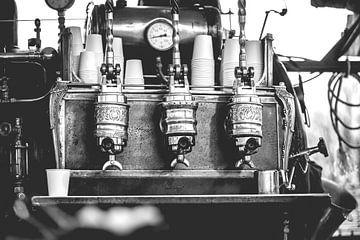 Vintage industrieel gestookte koffiemachine op kolen en stoom.  van