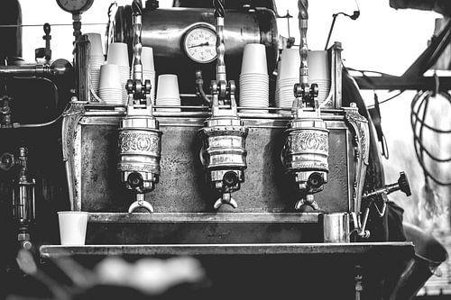 Vintage industrieel gestookte koffiemachine op kolen en stoom.
