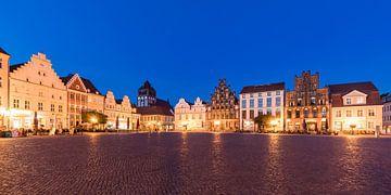 Place du marché de la ville hanséatique de Greifswald en soirée sur Werner Dieterich