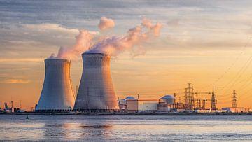Bekijk op rivieroever met zonovergoten kernreactor Haven van Antwerpen van Tony Vingerhoets