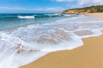 Strand mit Wellen von Meer und Bergen vor der griechischen Küste von Ben Schonewille
