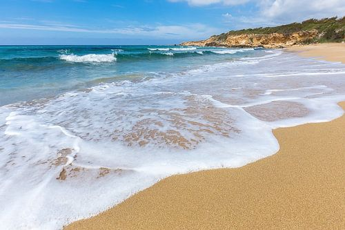 Strand mit Wellen von Meer und Bergen vor der griechischen Küste