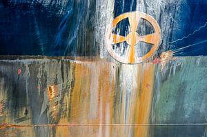 Scheepsromp met roest en boegschroefsymbool van Frans Blok