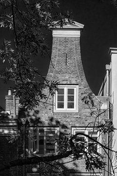 Gevel van Grachtenpand aan de Oudegracht in Utrecht in zwart-wit (2) von De Utrechtse Grachten