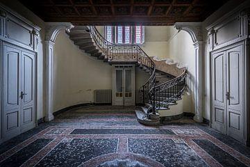 Escalier dans une villa abandonnée sur Inge van den Brande