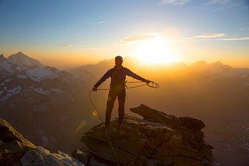 Een alpinist op de Matterhorn van