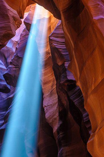 Binnenvallende lichtstraal in Antelope Canyon van Frank Lenaerts