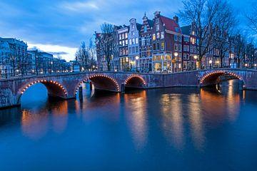 Stadsgezicht van Amsterdam aan de Keizersgracht bij zonsondergang van Nisangha Masselink