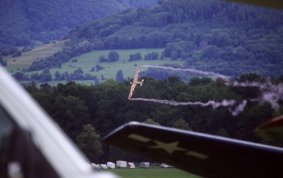 Segelflugzeug im tiefen Messerflug