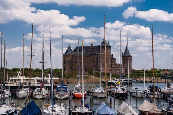 Jachthaven met op achtergrond Muiderslot