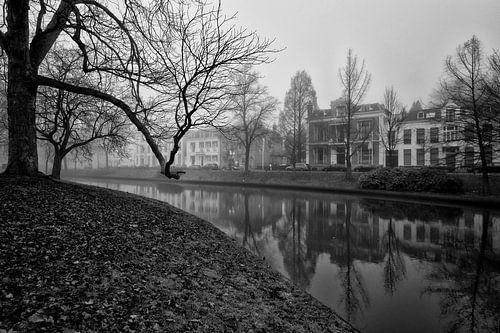 De Stadsbuitengracht in Utrecht ter hoogte van de Maliesingel in de mist. van