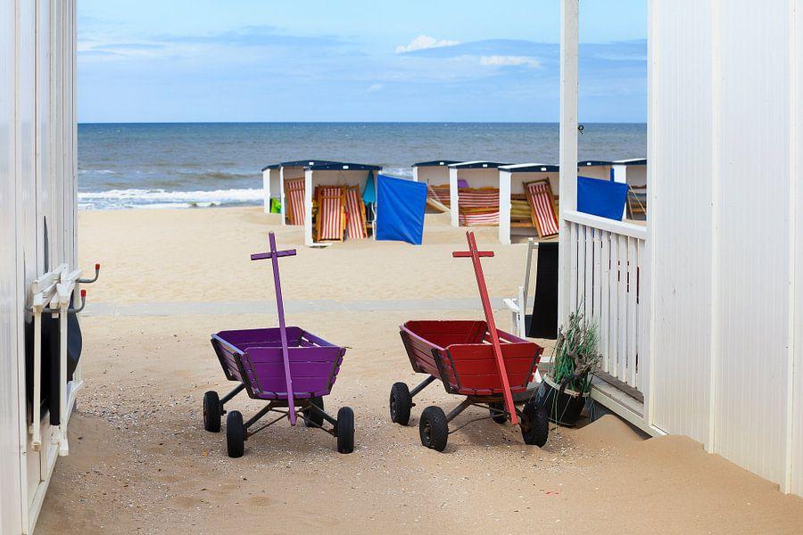 Twee bolderkarren bij strandhuisjes in Katwijk