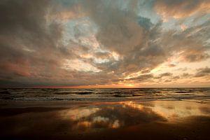 Zonsondergang met mooie wolkenlucht op Texel van Wim van der Geest