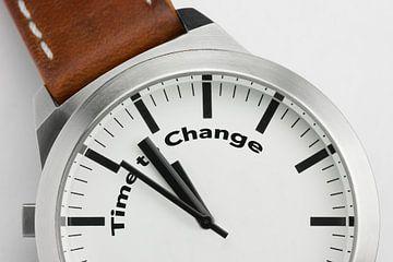Horloge met tekst Time to Change van Tonko Oosterink