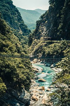 Hangbrug in het Taroko Gorge National Park in Taiwan van Expeditie Aardbol