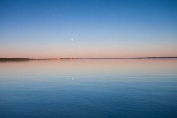 Der türkisfarbene See in der Morgendämmerung. glatte blaue und türkisfarbene Seeoberfläche in der Mo von Michael Semenov