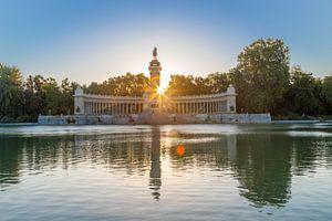 De roeivijver van het park Retiro en het  monument voor Alfonso XII in Madrid tijdens zonsopgang van Kim Willems