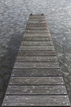 Houten steiger aan de bevroren Loosdrechtse plassen in de winter van Jan van Dasler