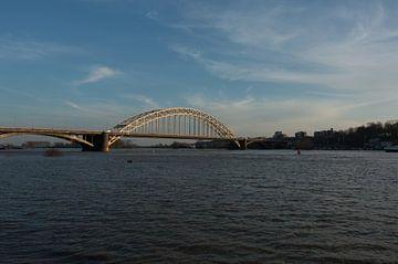 De Waalbrug Nijmegen met hoog water van Patrick Verhoef