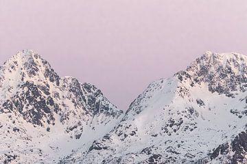 Bergen in sneeuw bij zonsondergang | Roze pastel reisfotografie | Lofoten, Noorwegen