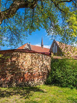 Klooster van het Heilig Kruis en stadsmuur in de Hanzestad Rostock van Rico Ködder