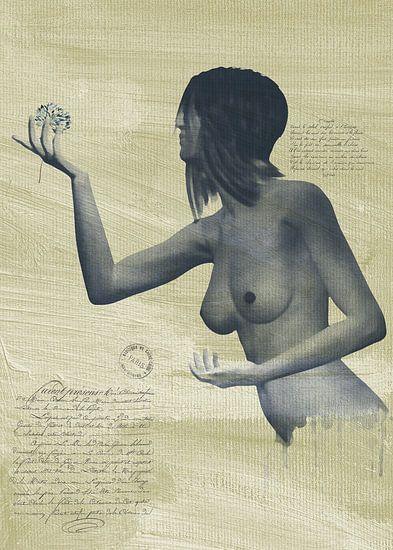 Erotisch naakt - een naakte vrouw met een bloem in haar hand.