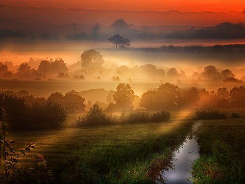 Die Sonne geht rot auf über der Landschaft van Peter Roder