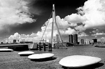 De Erasmusbrug vanaf de Kop van Zuid in Rotterdam van Peter Hofwegen