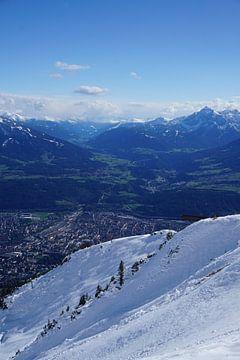 Sneeuw in de zomer met uitzicht op Innsbruck en de Serles, Tirol (Oostenrijk) van Kelly Alblas