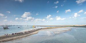 Pier in de haven van Terschelling met boten van