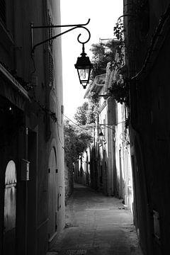 Kleinen Straße in Saint-Tropez von Tom Vandenhende