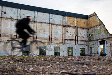 Fietser bij Oude Suikerfabriek van Weg van het Noorden