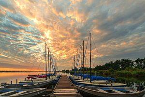 Steiger met boten Leekstermeer tijdens zonsopkomst