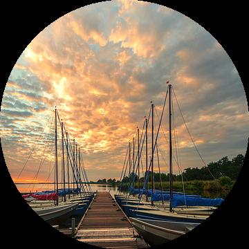 Steiger met boten Leekstermeer tijdens zonsopkomst van R Smallenbroek