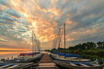 50/5000 Anlegestelle mit Booten bei Sonnenaufgang Leekstermeer von R Smallenbroek