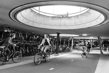 Station Groningen, Fietsenstalling 2 (zwart-wit) van Klaske Kuperus