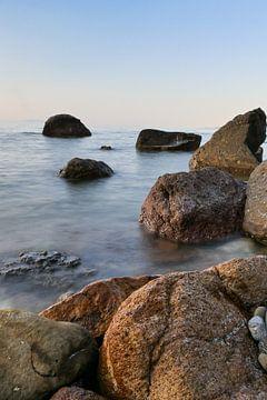 gekleurde stenen in de zee von Eline Oostingh
