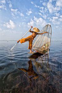 FISCHERS AT SUNRISE Vist AUF traditionelle Weg zum Inle See in Myanmar. Mit einem Korb wird der Fisc