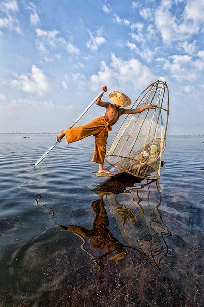 FISCHERS AT SUNRISE Vist AUF traditionelle Weg zum Inle See in Myanmar. Mit einem Korb wird der Fisc von Wout Kok