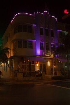 Miami Beach, Ocean Drive - The Marlin Hotel bij nacht van t.ART