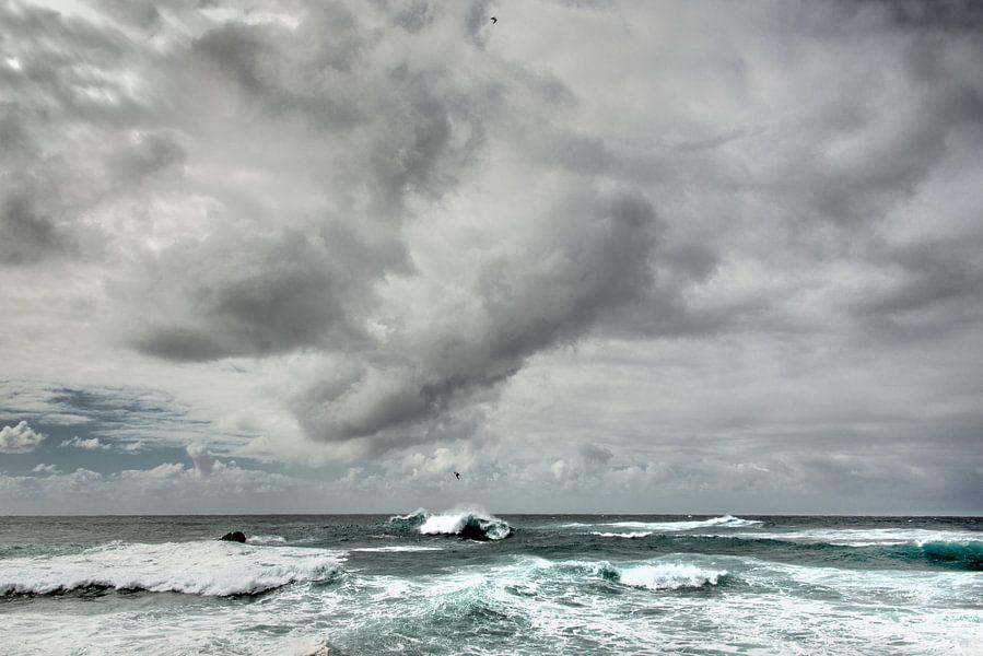 Wolkenlucht boven zee