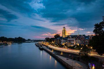 Deventer skyline tijdens het blauwe uurtje van Jaimy Leemburg