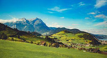 Schweiz Berglandschaft mit grünen Hügeln. Landschaftsfotografie von Frank van Hulst