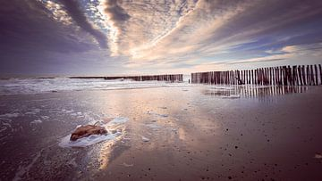 Kleurrijke avond aan Zeeuws strand van Michel Seelen