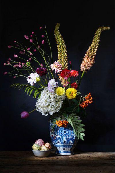Bloemen stilleven met Delfts blauwe vaas van Saskia Dingemans